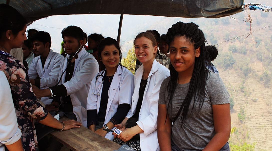 Pasantes médicas ayudando en una brigada durante su programa de voluntariado médico para jóvenes.